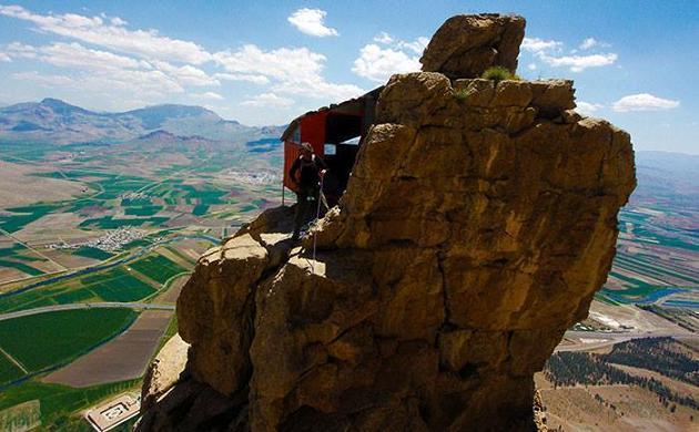 پناهگاه در  یکی از صخره های کوه بیستون
