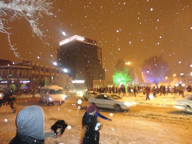 برف بازی مردم در میدان فردوسی شهر کرمانشاه