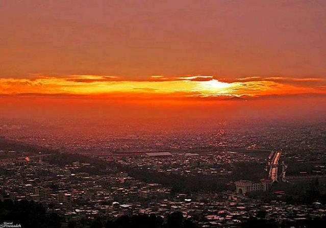 غروب در شهر کرمانشاه از کوه طاق وستان